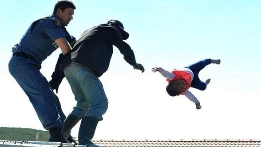 أب يرمي طفلته الرضيعة من سطح المنزل