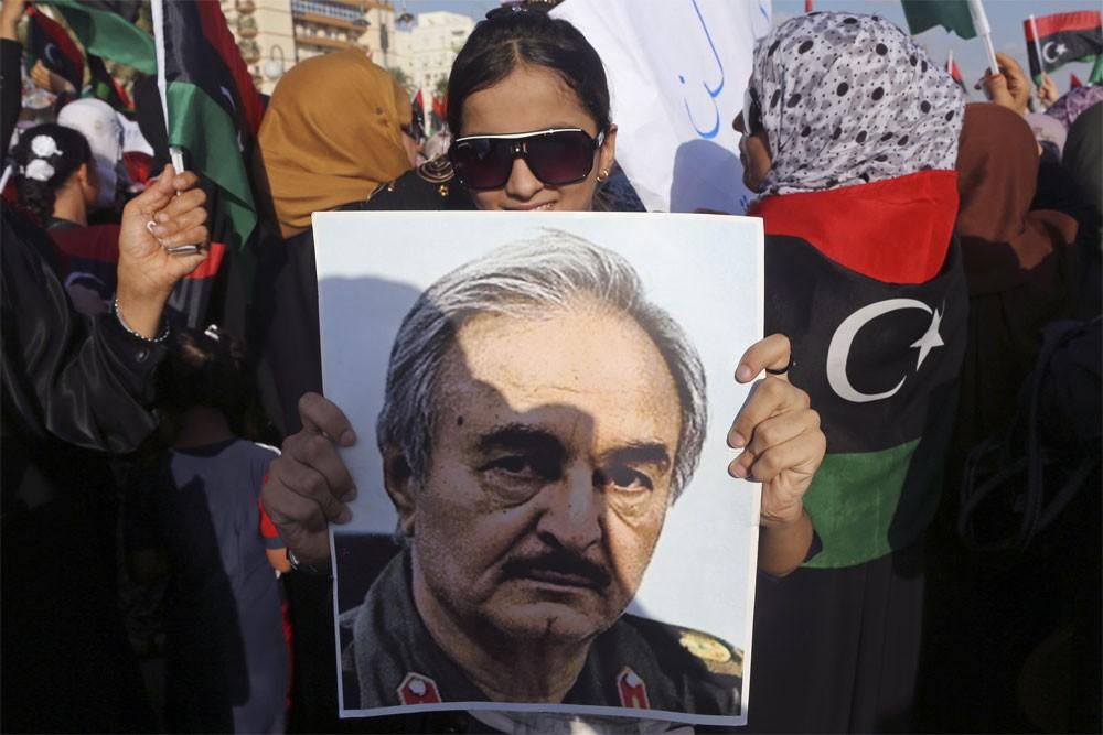 """بعد نفي متكرر.. الجيش الليبي يقر """"حفتر يعالج في باريس"""""""