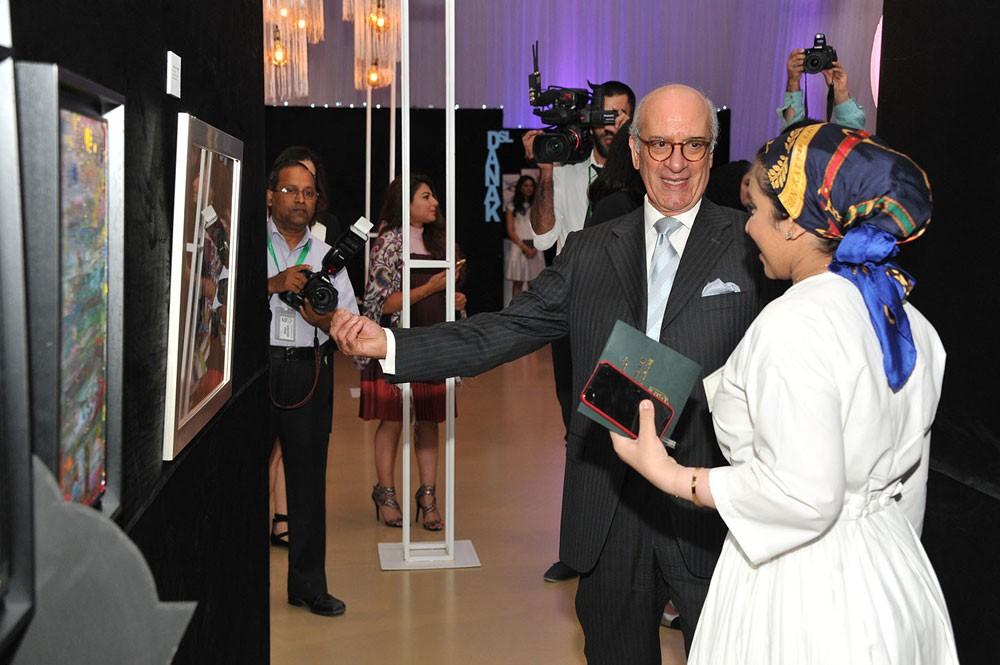 وزير شؤون مجلس الوزراء يفتتح المعرض الفني بمدرسة بيان البحرين