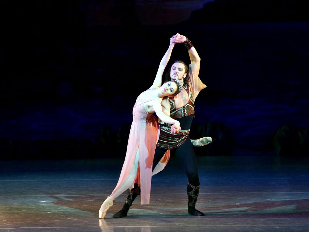 أول راقصة باليه إماراتية علياء النيادي تستعد لاختتام موسم موسيقى أبوظبي الكلاسيكية