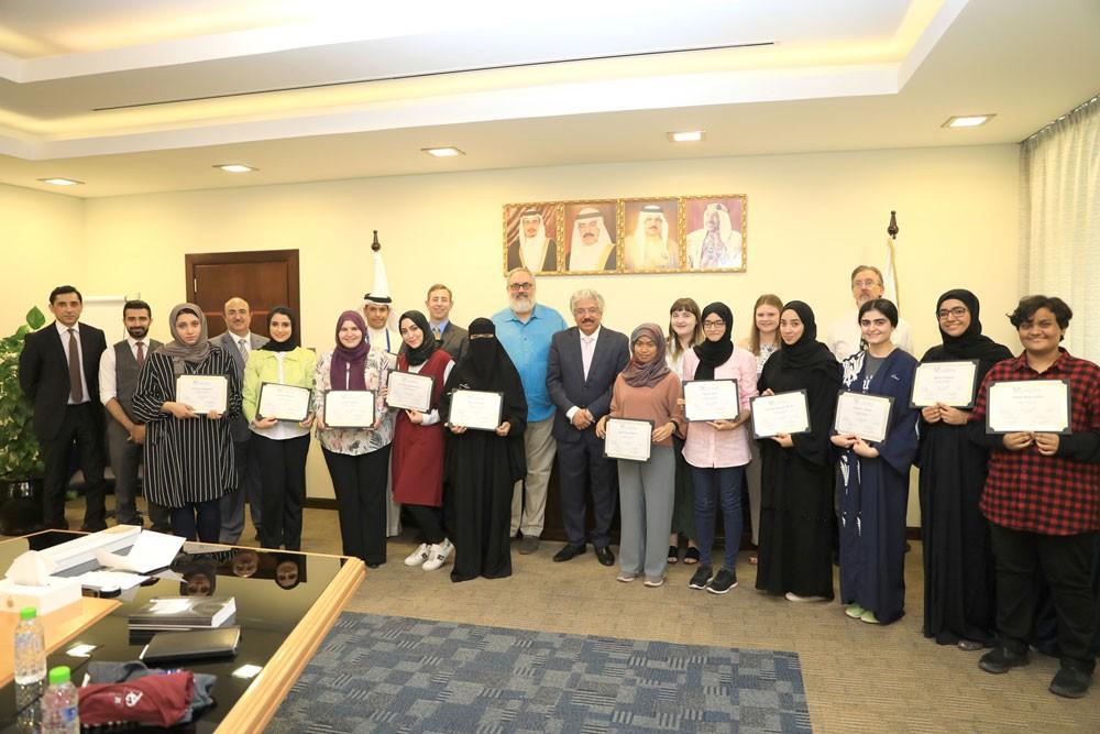 12 طالبة من جامعة البحرين ينهين برنامجاً للكتابة الإبداعية