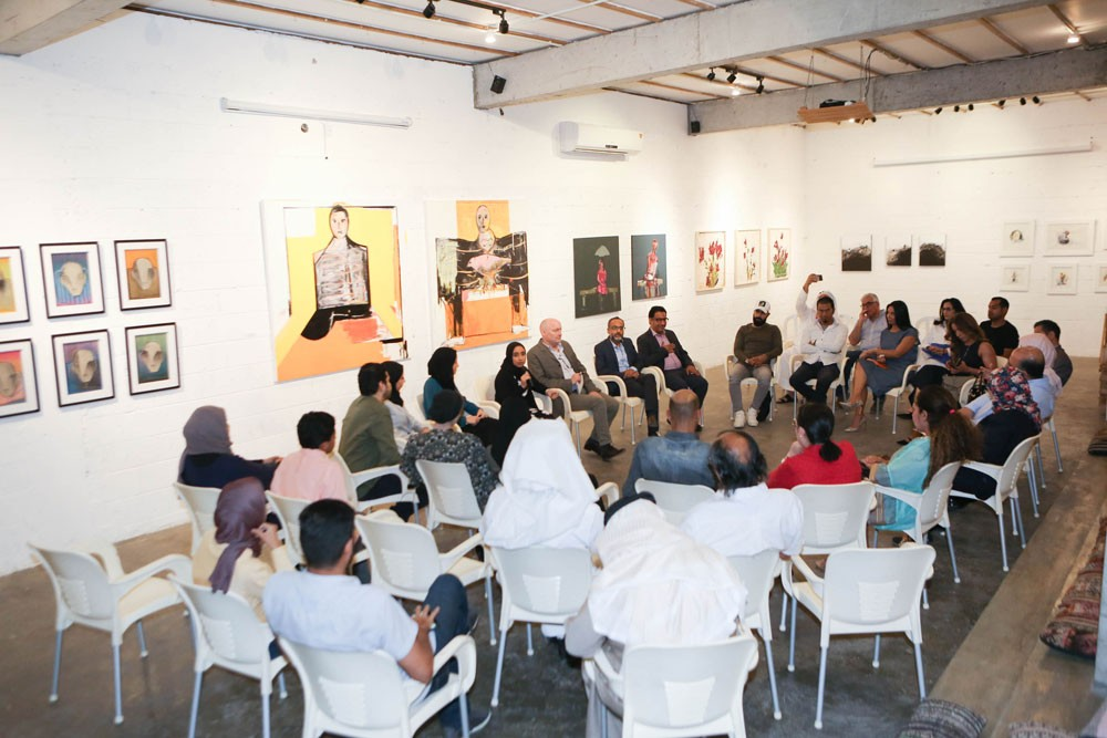 الثقافي البريطاني يقيم جلسة حوار ومعرض فني لثمانية فنانين بحرينيين