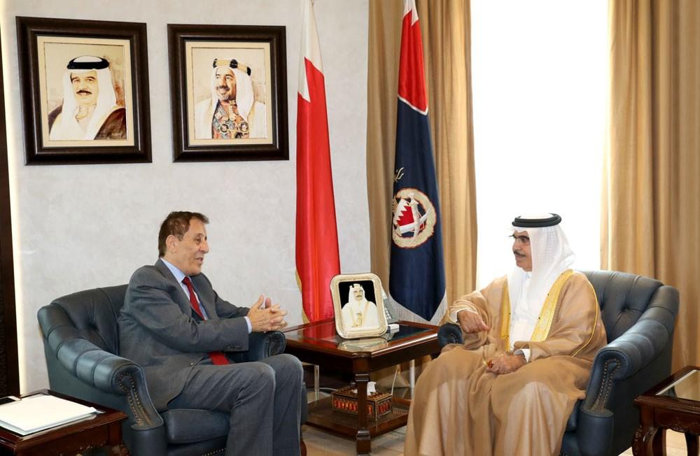 وزير الداخلية يشيد بجهود مركز الخليج في مجال الدراسات