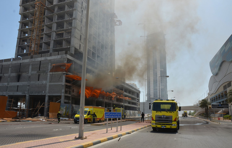 الدفاع المدني يخمد حريق في مبنى قيد الإنشاء بضاحية السيف