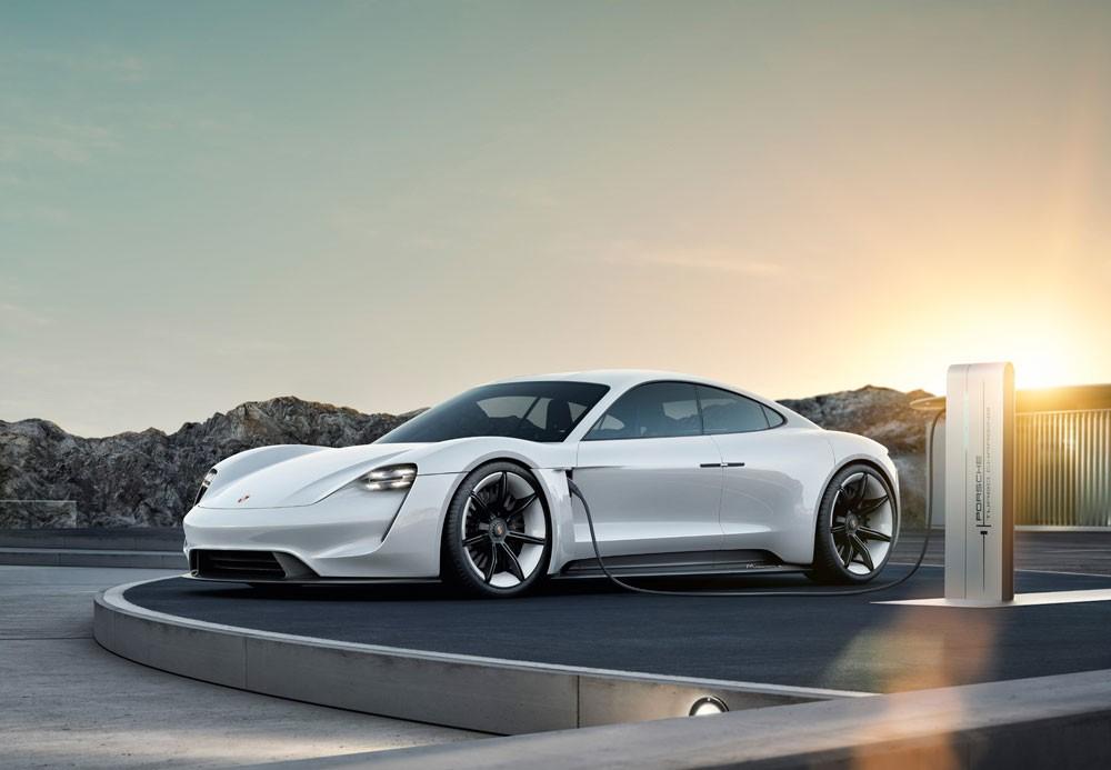 """بورشه تطلق اسم """"Taycan"""" على أول سيارة تعمل كلياً بالطاقة الكهربائية"""