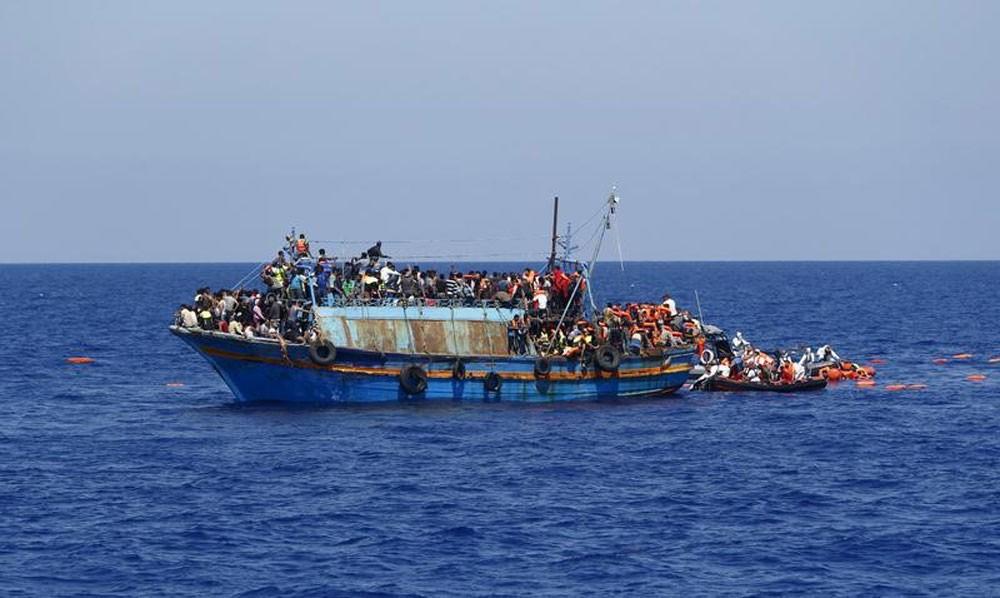 انتشال 12 جثة.. و41 ناجياً من قارب مهاجرين قبالة ليبيا