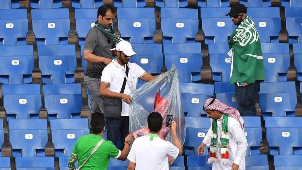 الجمهور السعودي ينظف المدرج