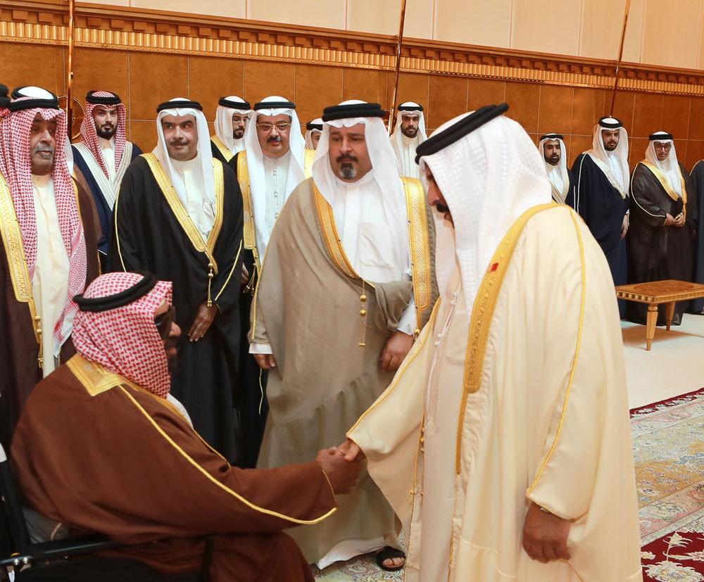 جلالة الملك يستقبل وزير المالية وأبناء وأحفاد الشيخ محمد بن حمد آل خليفة