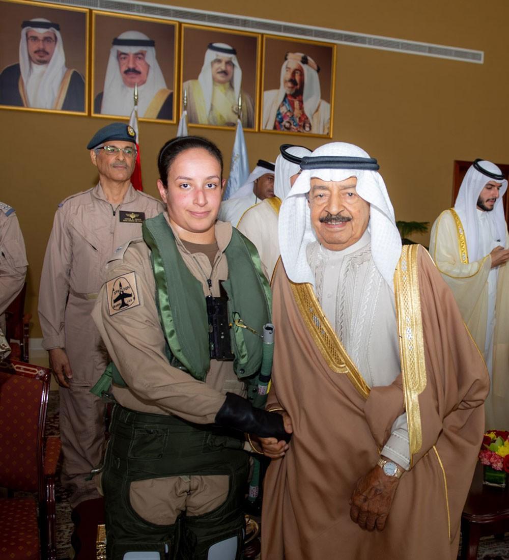 سمو رئيس الوزراء يشهد اول طلعة جوية للشيخة عائشة بنت راشد بطائرة قتالية