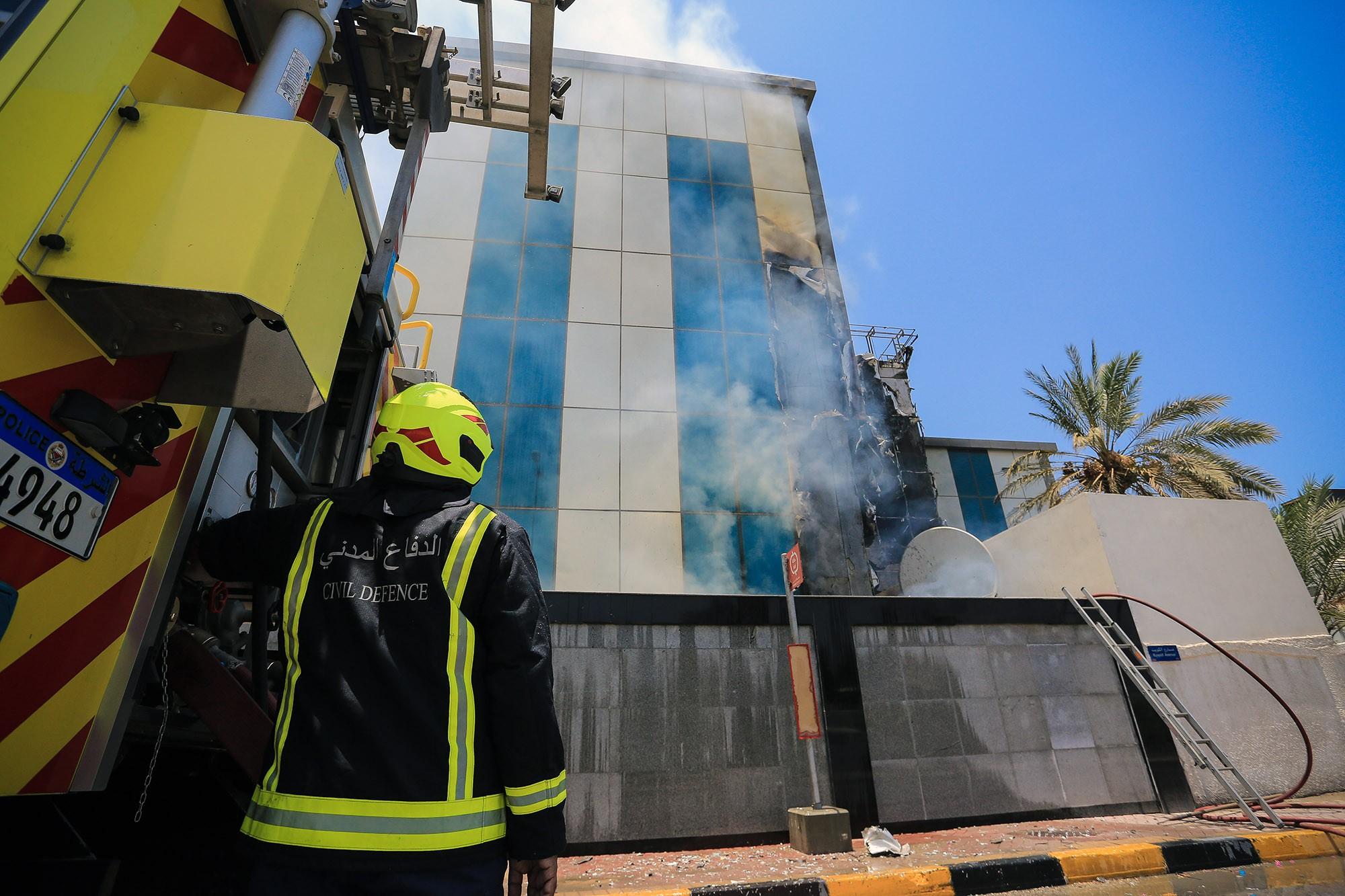 """بالصور : الدفاع المدني يخمد حريقاً اندلع في مبنى تابع لإحدى الشركات بمنطقة """"بو عشيرة"""""""