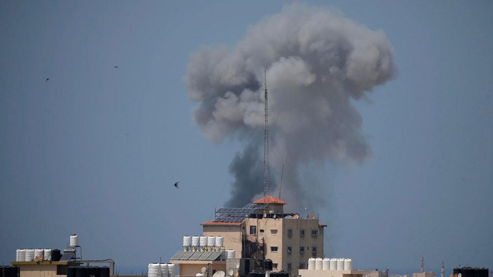 """بعد إعلان وقف النار.. مقتل شخصين بانفجار """"غامض"""" في غزة"""