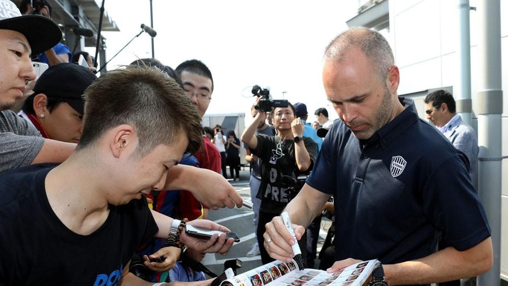 اليابانيون يستقبلون إنييستا.. واللاعب يؤكد جاهزيته