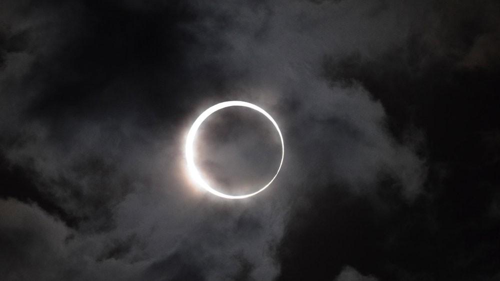 كسوف الشمس وراء أحد أهم الاكتشافات الكيميائية بالتاريخ