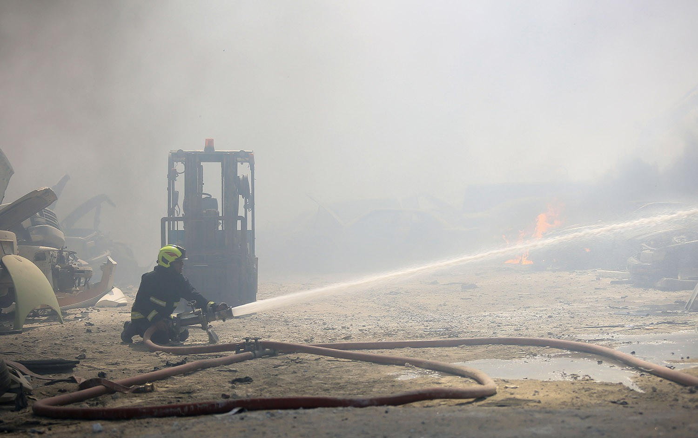 """بالصور : الدفاع المدني يباشر عملية اخماد حريق اندلع في منطقة """"السكراب"""""""