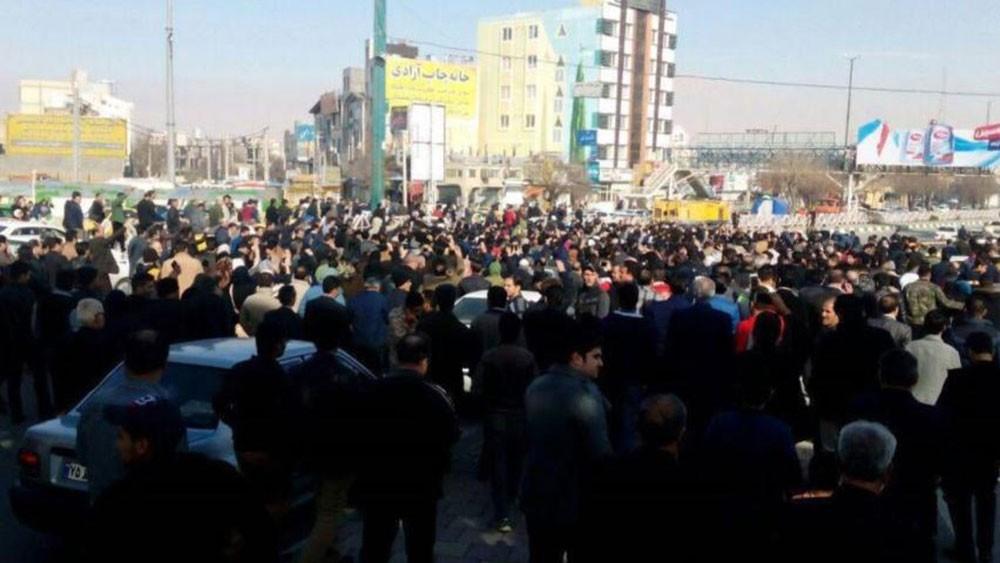 إيران.. مظاهرات عارمة واشتباكات عنيفة مع الأمن
