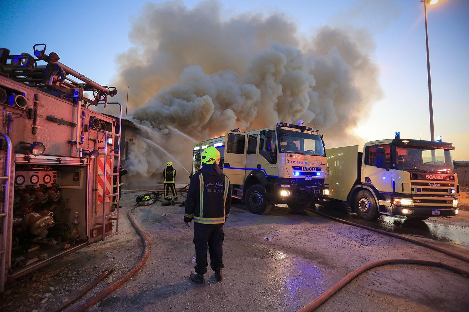 بالصور : حريق ضخم يلتهم مركز تجاري في منطقة النويدرات