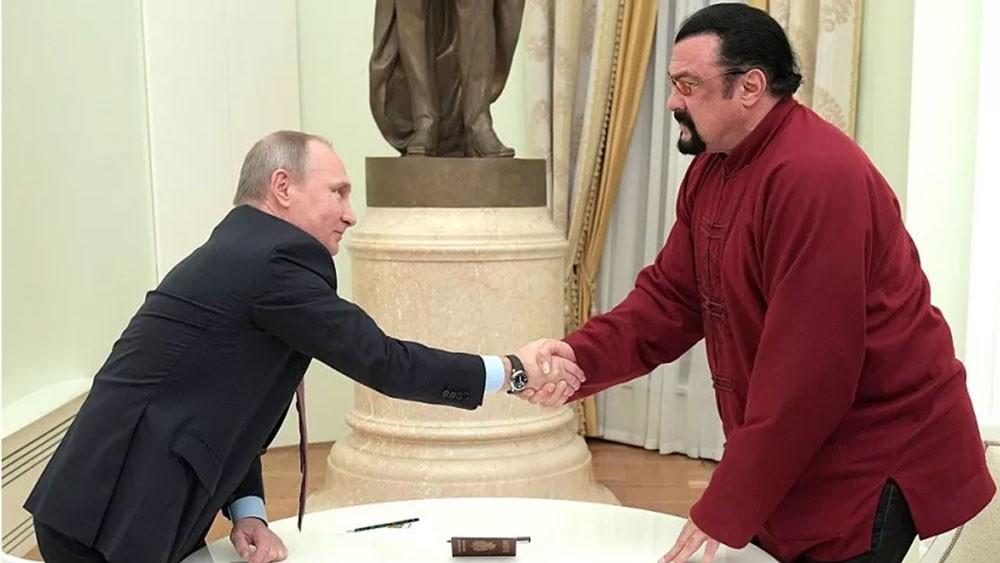 سيغال من الأكشن للسياسة..هل يحسن علاقة روسيا مع أميركا؟