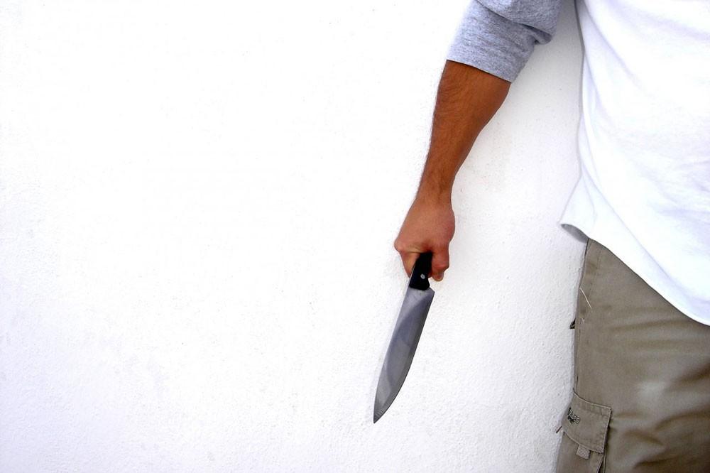 آسيوي يقتل زميله بالسكن طعنا بالظهر ويبرر جريمته بالدفاع عن النفس