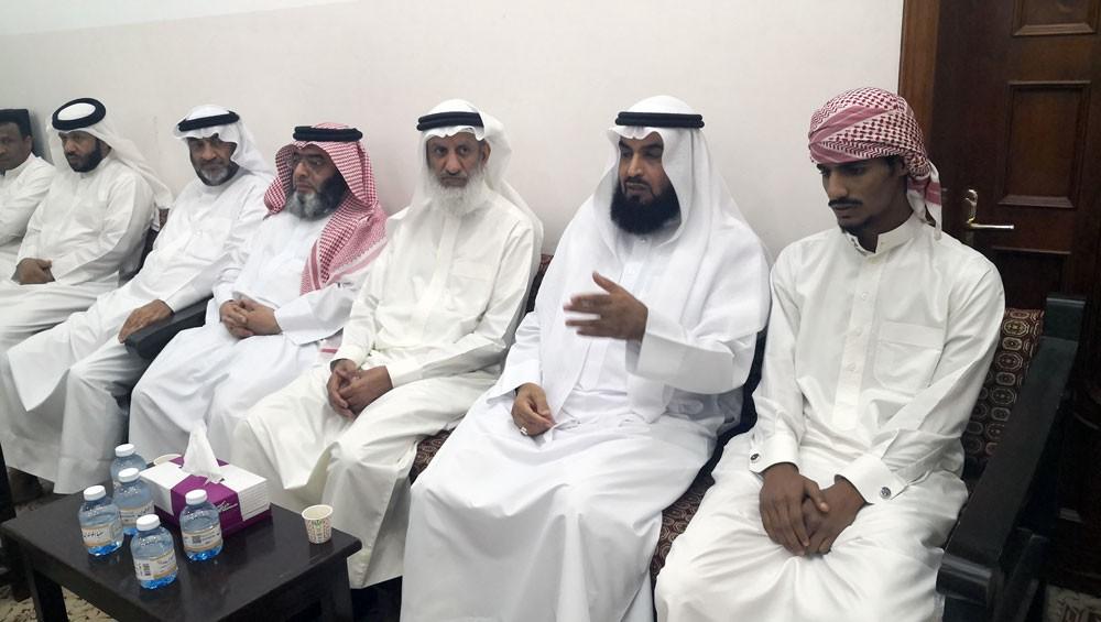 رئيس مجلس الأوقاف السنية د.الهاجري يتفقد أسرة إمام مسجد بن شدة