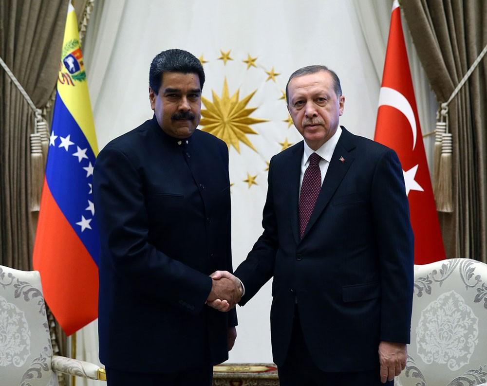 """إردوغان يؤكد دعمه لمادورو بعد """"الاعتداء"""" الذي استهدفه"""
