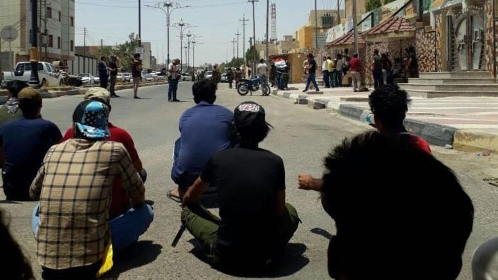 """أهالي البصرة يعتصمون.. ومسؤولو المحافظة """"مسافرون"""""""