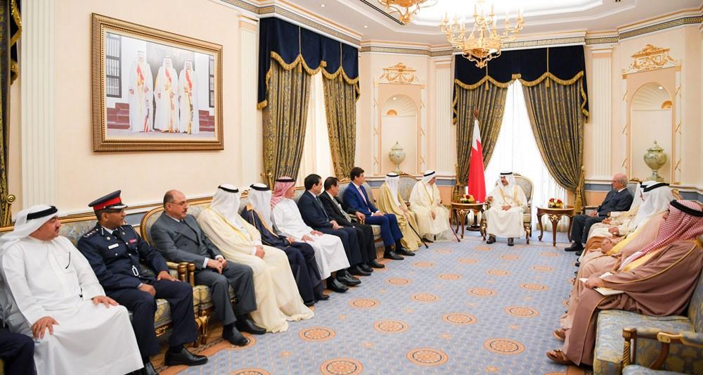 سمو رئيس الوزراء يستقبل عددا من أفراد عائلة البحارنة