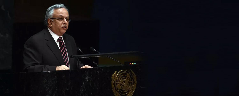 المعلمي: تسليح إيران للحوثيين يهدد الملاحة البحرية