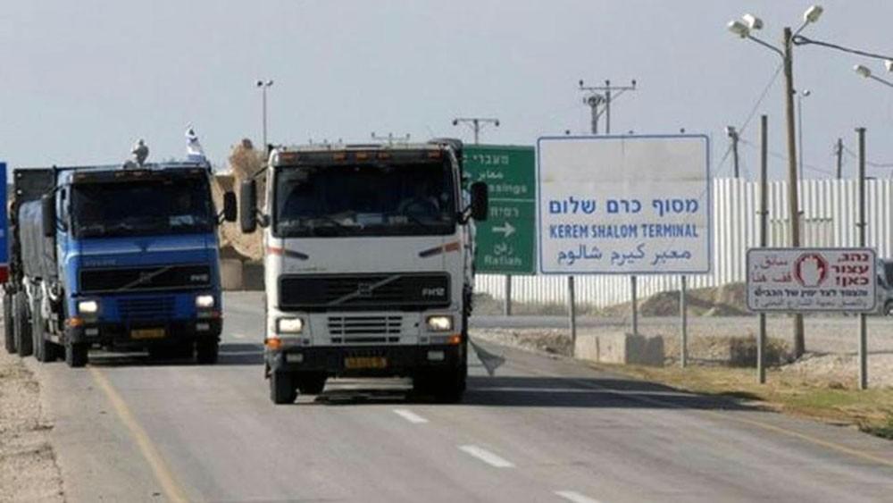 إسرائيل تفتح معبر كرم أبو سالم مع غزة.. و700 شاحنة تدخل
