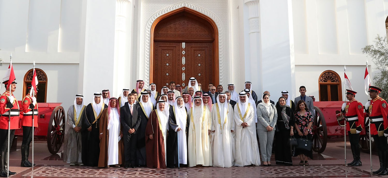 جلالة الملك مستقبلاً اهالي الدراز: المملكة ستمضي قدماً نحو المزيد من البناء والتطوير