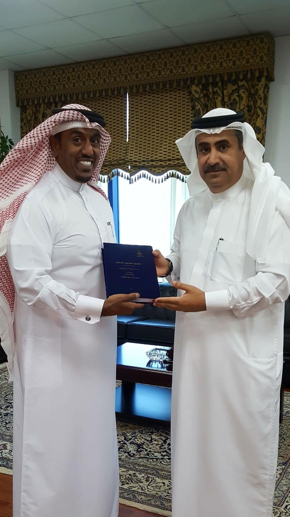 النائب العام يتسلم نسخة من رسالة الدكتوراه للمستشار أحمد الحمادي