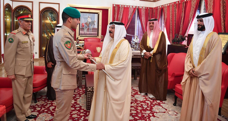جلالة الملك يستقبل سمو الشيخ ناصر بن حمد والملازم عبد الله السيد عطية
