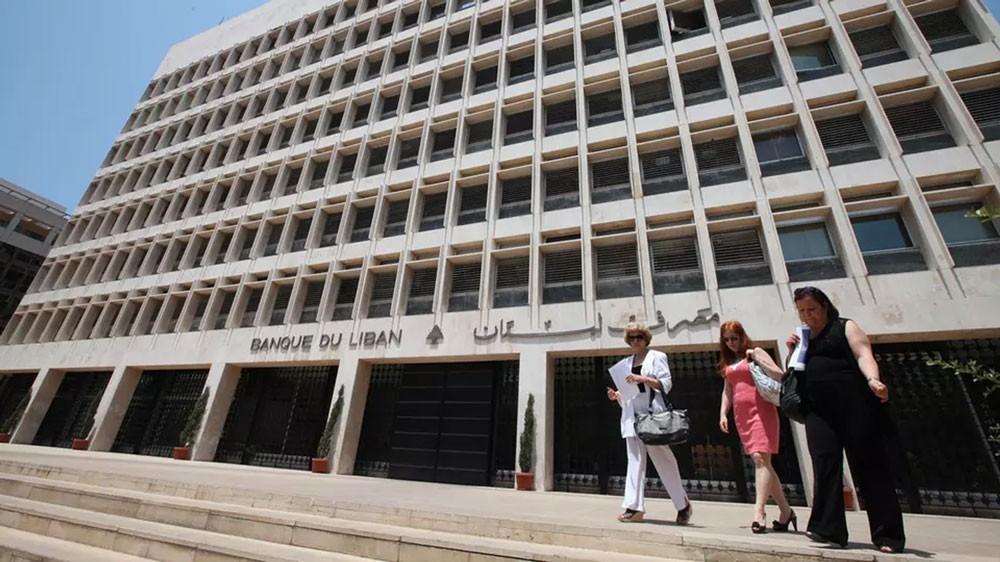 بنوك لبنانية تسعى لجذب الدولارات للحفاظ على ربط العملة