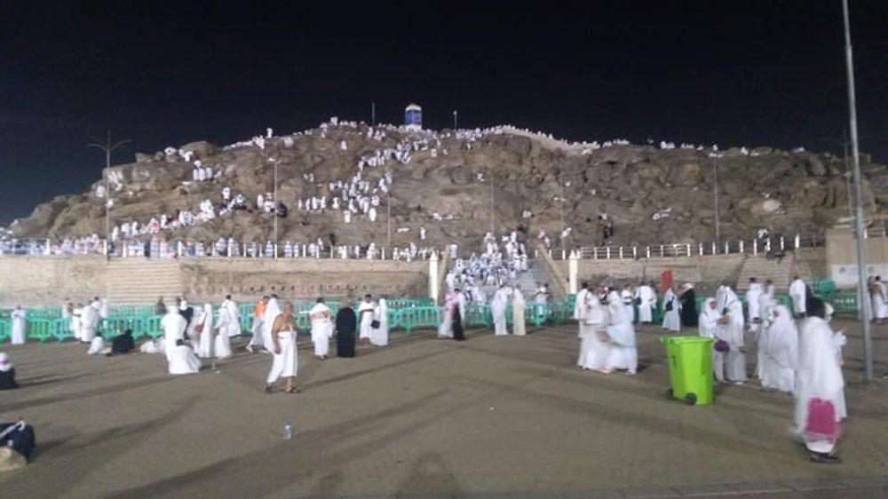 الحجاج يبدؤون الصعود على عرفات بعد المبيت في منى