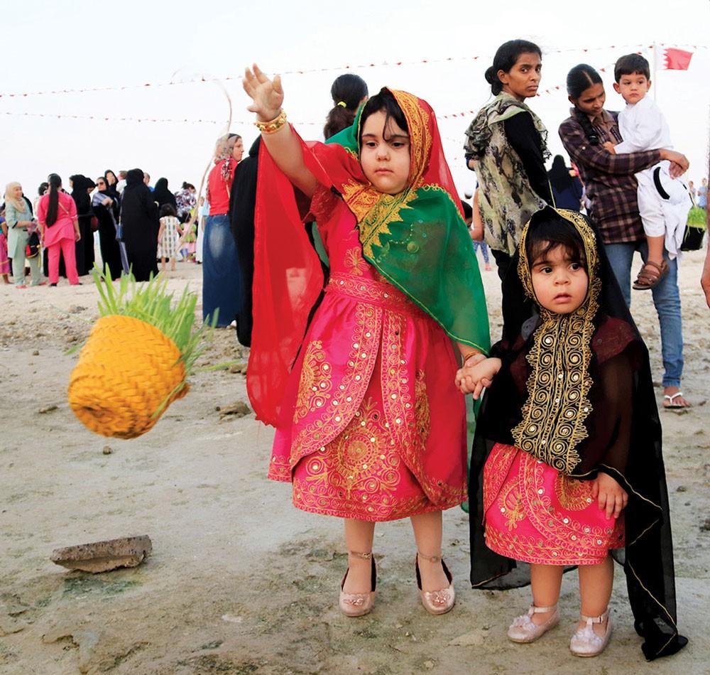 الحية بية في البحرين.. الأطفال يرمون أضحيتهم في البحر