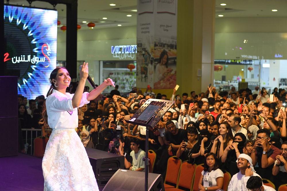 بلقيس تلتزم أمام الجمهور وتحيي حفلها في دبي رغم إصابتها