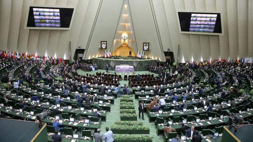 برلمان إيران يعزل وزير الاقتصاد