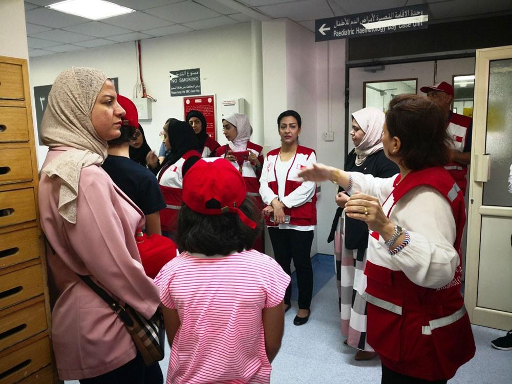 متطوعو الهلال الأحمر يزورون الأطفال المرضى وكبار السن في العيد