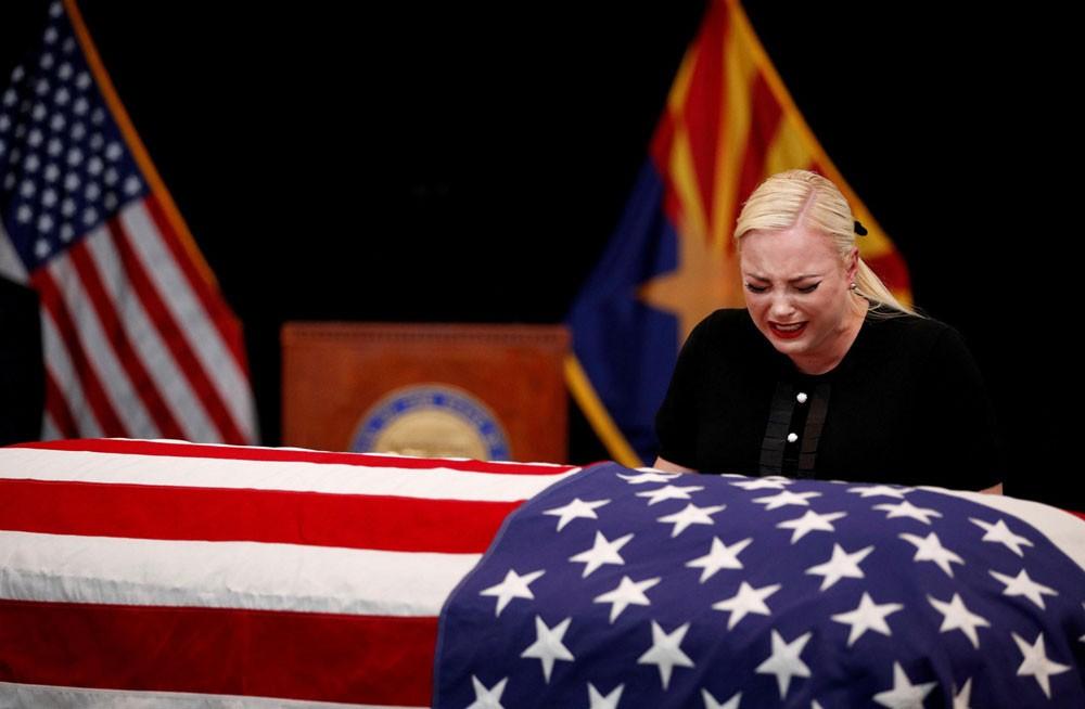 صور مؤثرة لزوجة ماكين فوق نعشه.. وداع أخير