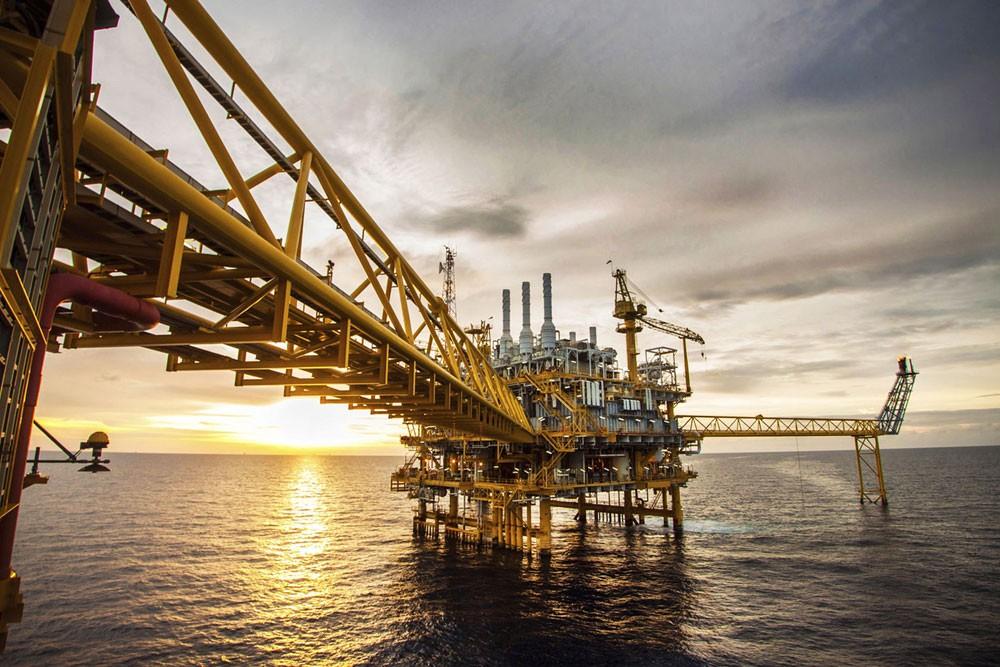 النفط يرتفع مع انخفاض مخزون أميركا واقتراب عقوبات إيران