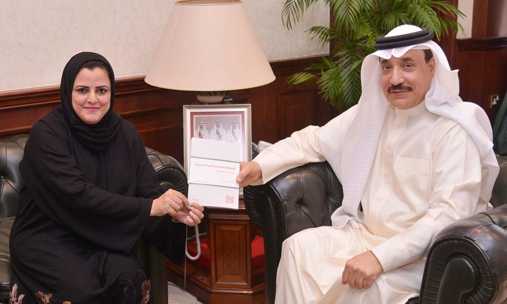 """وزير العمل يتسلم نسخة من كتاب """"المشاركة السياسية للمرأة البحرينية"""""""