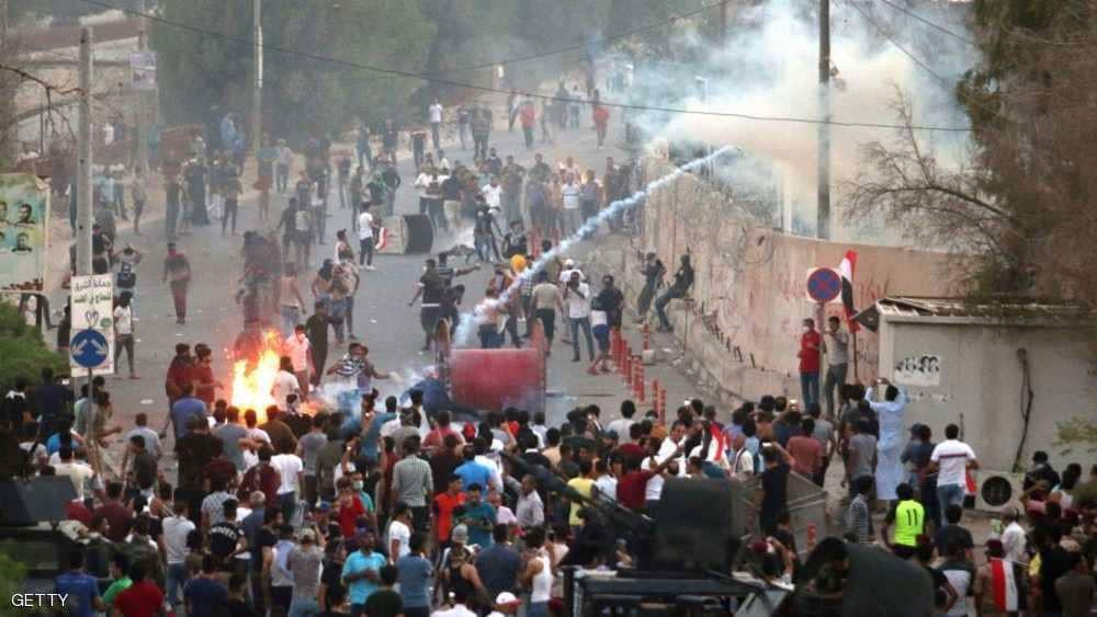 البصرة تشتعل.. الاحتجاجات تصل مقر المحافظة