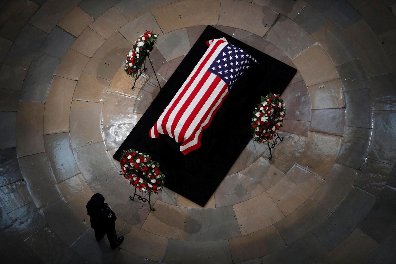 مراسم وداع لماكين اليوم.. أوباما وبوش يتصدران المشيعين