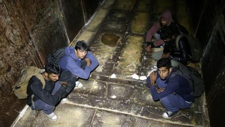 البوسنة توقف 50 مهاجرا كانوا يستقلون قطارا للشحن