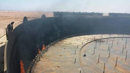 ليبيا.. إصابة خزان للنفط بقذائف الميليشيات في طرابلس