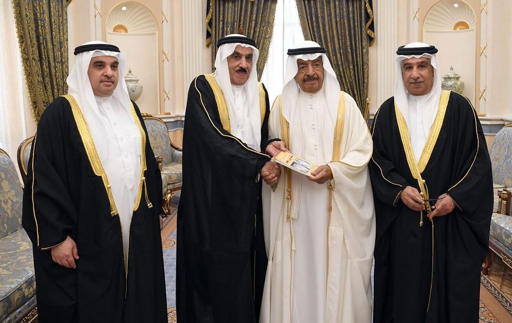 جعفر بن رجب واخوانه أهدوا سمو رئيس الوزراء كتاب تاريخ مأتم بن رجب