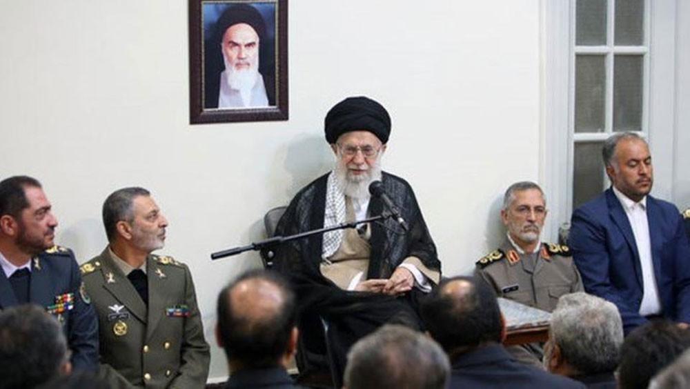 """خامنئي يدعو الجيش الإيراني إلى الاستعداد لـ""""حرب بعيدة"""""""