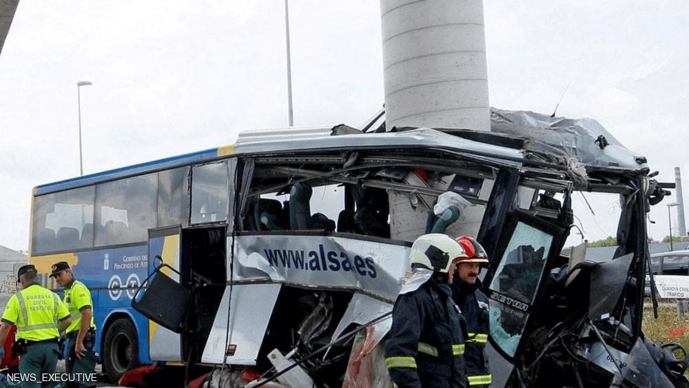 حادث تصادم مروع.. عمود يقسم حافلة ركاب إلى نصفين