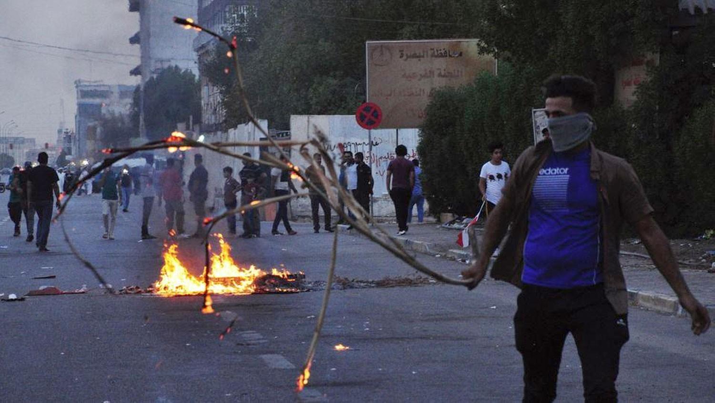 البصرة تشتعل غضباً.. مقتل 6 محتجين وحظر تجوال