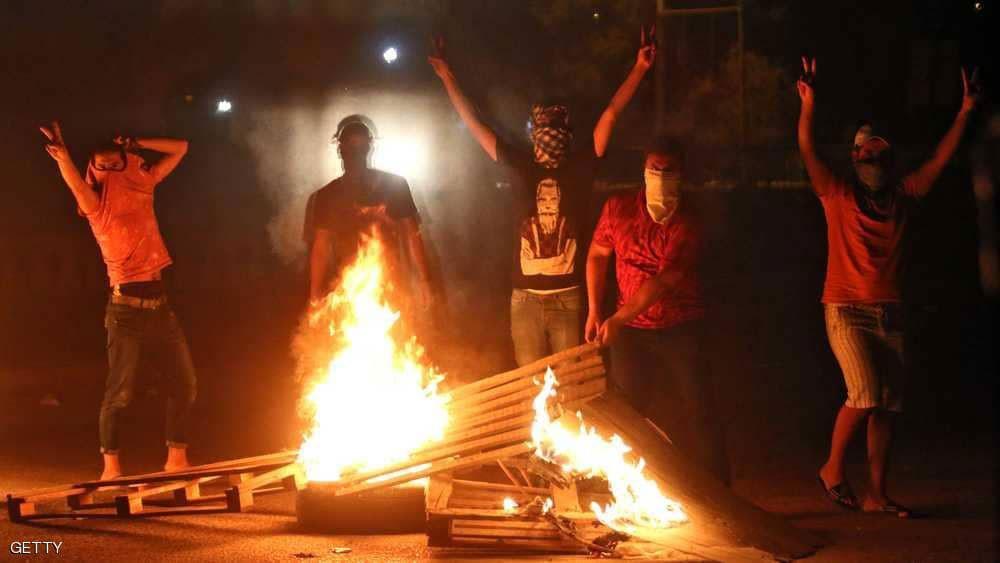 ملثمون يشعلون النيران في مبنى مديريات البصرة