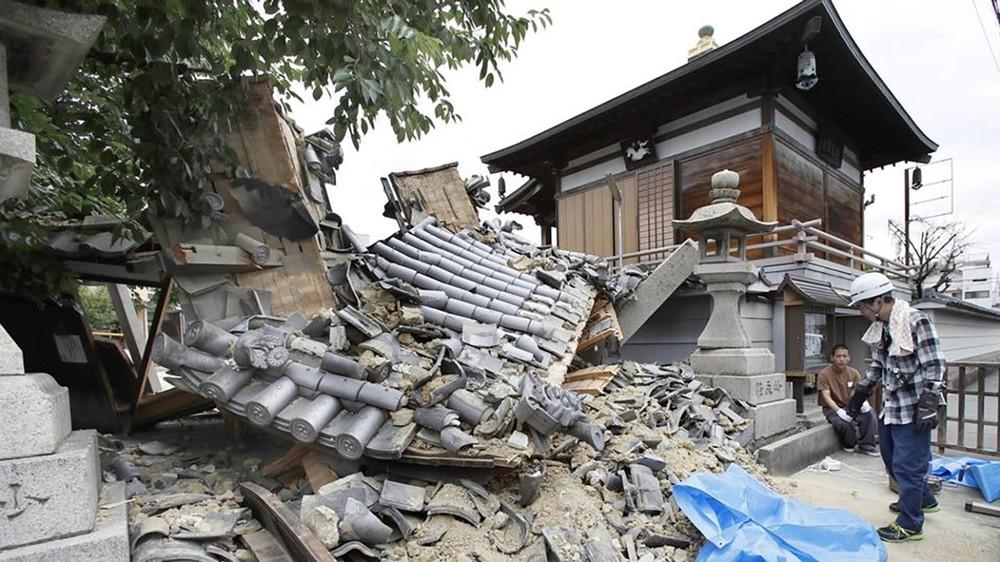 نهيار أرضي يطمر منازل بعد زلزال قوي ضرب جزيرة باليابان